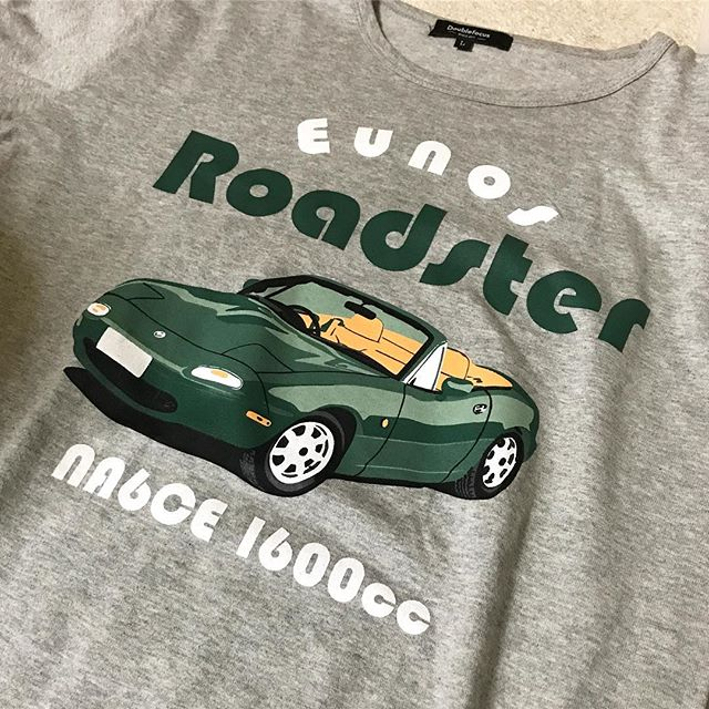 父の日、ってことで娘らからプレゼント、いただきました。ユーノスロードスターのプリントTシャツ。昔の愛車なのでウレシイっす(愛車は赤のスペシャルパッケージだったけどね)。大事にしたいので着れませんww