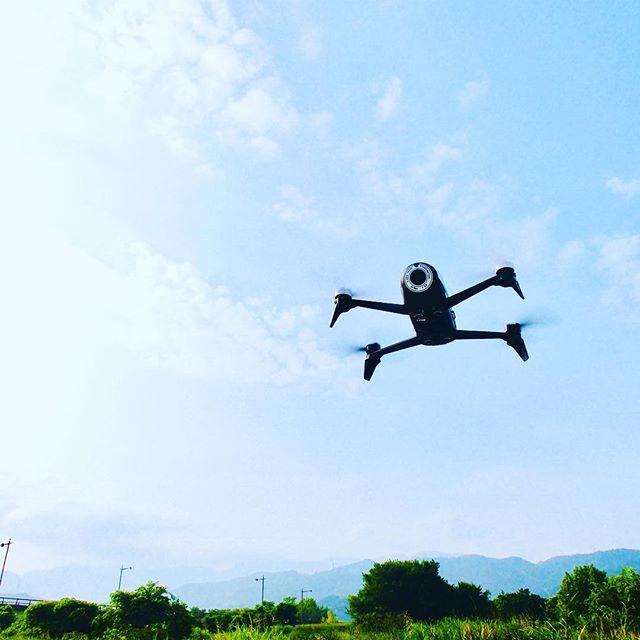 空飛ぶ目玉おやじかカオナシか、って感じですが、Amazonで衝動買いしたParrot BEBOP2、ようやく初フライトしてきました。いやぁ、安定性と追随性、操作のカスタマイズ性の高さがすごい!何も手を加えなくてもラクラク操縦&空撮できることの素晴らしさ!さすがです、トイドローンとは違います(トイはトイで面白いんですけどね)。バッテリーが妙に保つので、操作してる方がバッテリーより先に疲れてしまうぐらい。もうちょっと、クセを掴んだら、いろいろ遊んでみましょうかねww
