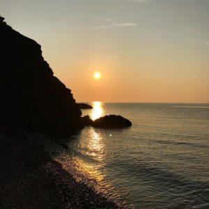 御五神島の海に日が沈む。今日も一日、お疲れ様。