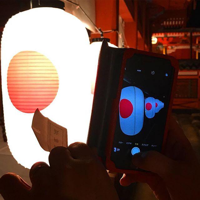 神社の夏越祭で、提灯をスマホで撮影する嫁のスマホ画面を撮影するの図。