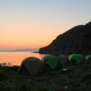 御五神島に朝日が昇る。無人島の朝は、早くて美しい。