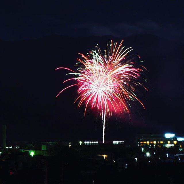 東温市の観月祭の花火大会の写真撮りに行ってきた。三脚トラブルがあれど、なんとか撮れた。でもマトモなのは数枚、か。#東温市 #観月祭 #花火大会 #花火 #OM-D #ライブコンポジット #便利 #納得はしていない #また来年がんばろう