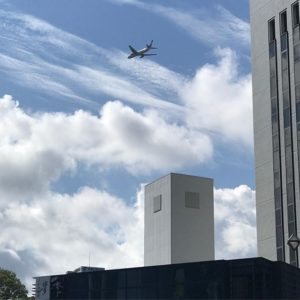 まだまだ続くよ、おやじの福岡珍道中。市街地上空を飛行機が飛ぶわ、ヘリが飛ぶわ、屋根のないバスが走るわ、黒い鳥居があるわ。見所満点で面白いわ。