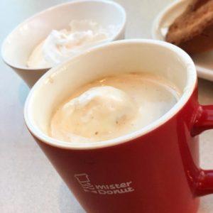 てわけで、コーヒーにホイップクリーム浮かべてウインナーコーヒー?にしてみた。めっちゃまろやかな味になる!これはいい!コーヒーフレッシュよりもおすすめだわ。#ミスド #ミスタードーナツ #コーヒー #ホイップクリーム #ウインナーコーヒー #まろやかな味わい