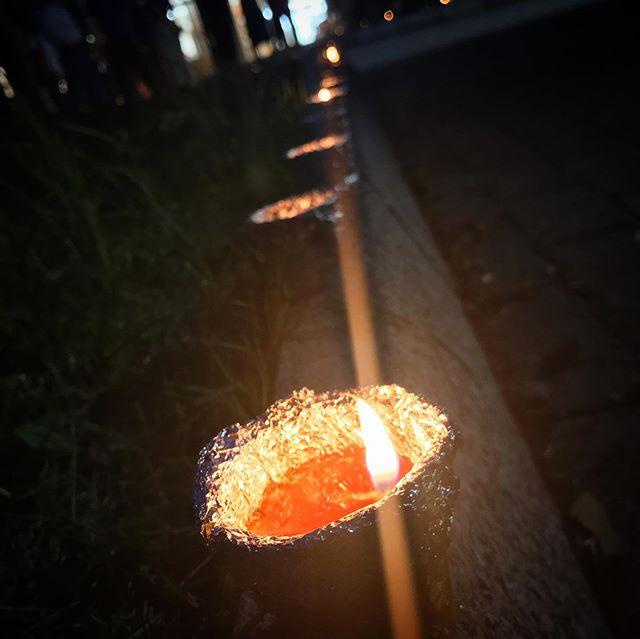 愛媛大学で開催してたキャンドルナイトを、ちょこっと見に行ってきた。サラダ油などの廃油キャンドルを並べたイルミネーション、辺りが暗くなってきたらなかなかいい雰囲気でした。もうちょっと広い場所でライトの並びで絵になってたりしたらもっとよかったかも!?