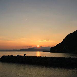 御五神島を朝日が照らす。おはようございます。爽やかな朝を迎えました。