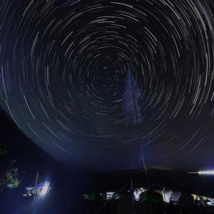 御五神島無人島体験キャンプのお手伝い、夜中のイノシシ番の合間にやってたことが、コレ!星夜写真撮影っ!無人島なので人工の光がない。北側は海で邪魔モノはない。そしてお手伝い当日は新月から2日目でさらに月は夜に出ない!という絶好のロケーション&ポジション!これは本気出さねばっっ!てことで撮影したデータをチマチマ合成した結果が、こちらですっっ!見回りスタッフのライトなどでテントが照らされたりもしたけれど、これはこれでテント村の雰囲気が出て良い!と自画自賛。約1時間ちょっとですが、満足&納得の一枚に仕上がりました。#御五神島#御五神島無人島キャンプ#御五神島無人島キャンプ体験事業#星夜写真#北極星#星空#星空撮影#コンポジット撮影