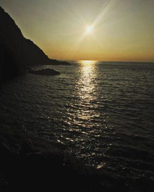 御五神島から宇和海に沈む夕陽。日没まではもう少し。暮れゆく楽しい時間。