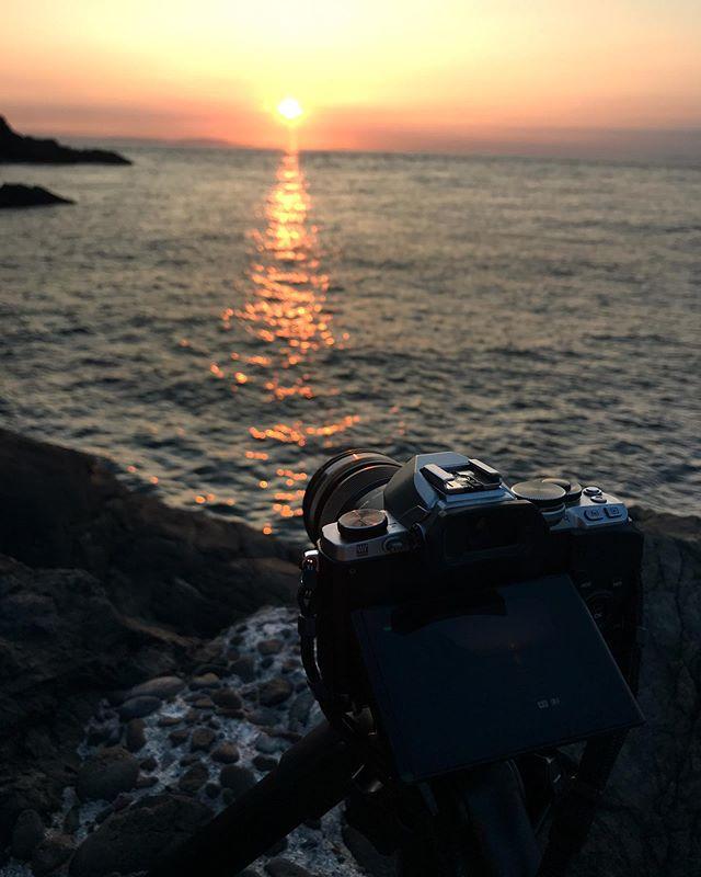 ただいま、堤防で一人、海に沈む夕陽のタイムラプス撮影、真っ最中。カメラセッティングしてほったらかしてればいいんだけど、風が強いし波が結構出てきたしで、一応カメラのおそばに付き添い。この夕陽、ホントにキレイだわ。