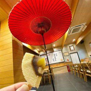 ハタダのお菓子館にふらっと立ち寄ってしばし休憩。御栗タルトの試食とコーヒー。んまいわぁ。大きな傘も風情があって良いねぇ。