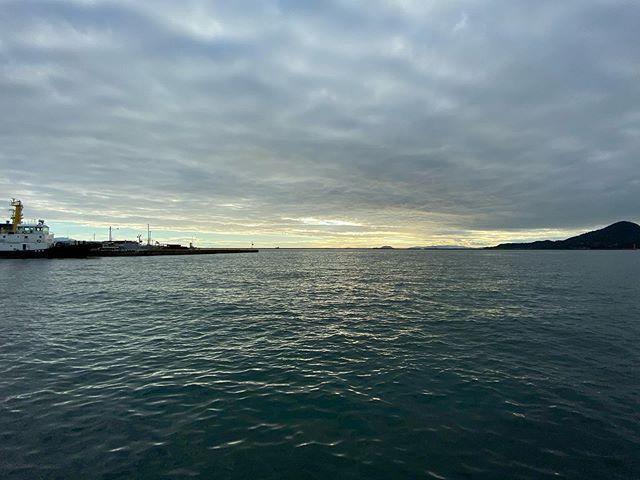台風一過な夕方の海。iPhone11の28mm相当広角レンズ(2枚目)と、14mm相当超広角レンズ(1枚目)での価格の違い。さすがに広くて雄大な景色では、写る範囲が段違い。面白いねぇ。#iPhone11#超広角レンズ #夕方の海#松山港 #中島を望む