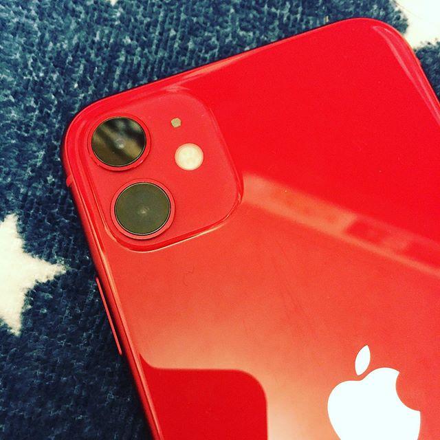どのご家庭にでもあるiPhone11(二眼)と、100均で買ったiPhone 7/8用のレンズ保護リングを用意します。透明レジン液でいい感じに細工すると…あら!iPhone11Proのような、三眼仕様に早変わり!まるで、フィアナが乗ってたブルーティッシュドッグのようじゃないの!と、おバカな工作にいそしんでいた週末でしたwww