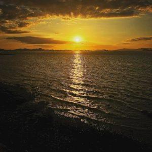 菊間の道路脇から観た夕陽。今日も一日、お疲れ様でしたっ!