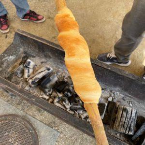 ツイストパン、第一号完成!焼きたては、んまいっ!炭火の横でひたすら転がすこと15分。熱さとの戦いですwww