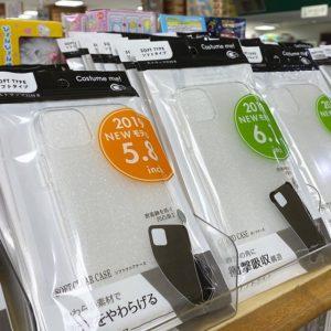 キター!100均セリアにiPhone 11/11pro/11pro max用のカバーが入荷っ!TPU製のソフトなケースだけど、ポリカのハードなヤツもそのうち入荷するでしょう。楽しみ。できれば薄い、本体にフィットするやつがいいなぁ。
