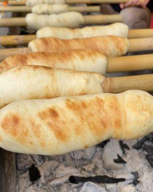 竹ちくわを焼いてるんでしょう、とっても良い匂いがするもの!確かにちくわに見えるけどwww ちがいます。ツイストパンです。竹に巻き付けたパン生地を、炭火の上でクルクル回すこと10分ちょっと。ぷっくらふくらんでこんがり焼けたらできあがり。サクサク、カリカリ、もちもちなど、焼き加減でお好みの味に仕上げられます。焼きたてパン、おいしかったなぁ。
