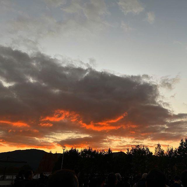 今朝(12/8)の大洲の朝焼けな空。日の出直前の美しい景色を堪能してからの、ラジオ体操でした。飲み会明けの運動はキツイっwwwww