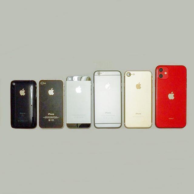 大掃除してたら出てきた昔のiPhoneと、今使ってるモノを並べてみた。私のは右端の11、嫁&長女は7、次女&ばあばは6を使用中。3Gと、4はさすかに電源が入らないけど、なぜ捨てられない・リサイクルに出せないんだよなぁ。思い入れが強かったからかなぁ?