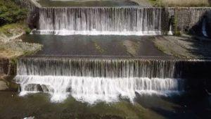 閉塞感が強まっている今日この頃、少しでも癒しになれば…ということでドローン空撮をアップ。東温市重信川の除ケの堰堤。今年は川の上を泳ぐ鯉のぼりの姿が見られないのが残念。#愛媛県 #東温市 #重信川 #除けの堰堤 #ドローン #ドローン空撮 #マビックミニ #mavicmini