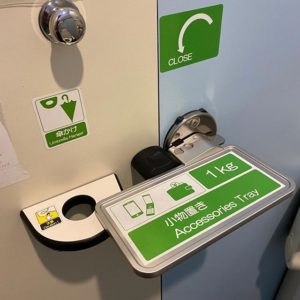 初めまして、メチャメチャ優秀なトイレのドアロック様。トイレで用を足した後、手に持っていたスマホや財布を置き忘れることのない優れもののドアロック、前々から存じておりましたが、なんとカサホルダーも融合していたとは!さらにできるようになったな、ガンダム!(違う)。 これこそデザインの勝利。デザインとは様々な課題を解決するモノという、素晴らしきお手本だよなぁ。