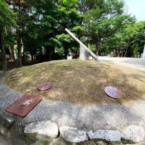 伊弉諾神宮の境内にある日時計。東西南北の方向に線を引くと、伊勢神宮や熊野神社などに辿り着くとは!それら様々な神社を結ぶ線の交差ポイントが、淡路島の伊弉諾神宮に合致するこの不思議さ!何百年も前の方々がどうやってその方角をきちんと正確に把握できたのか、謎は深まりますねぇ。