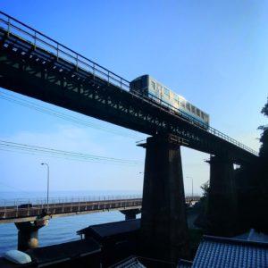 朝、早起きできたのでクルマを走らせて撮影に出かける。前々から気になってた鉄橋を走る列車。なかなか良い感じに撮れたかな(自画自賛)。ちなみに動画からの切り出し写真です(手抜きww)