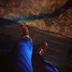 間違って撮影してしまった足元。光の加減が面白かったので、フィルターバリバリにかけてみた。なんとなく、「黄昏時に立ち尽くす男。これからどこへ向かうのか、それは彼のみぞ知る。片道切符を手に、歩き出す男」みたいなイメージにしてみた(ウソです)