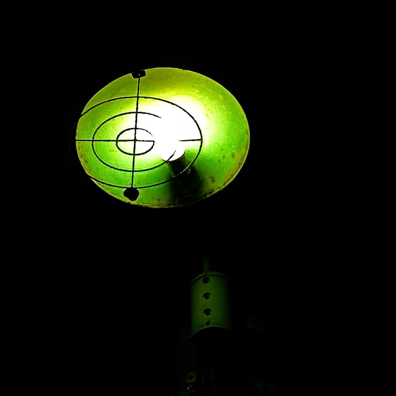 アブナイッ!夜の街頭がロックオンされてるっぅぅ!スゴ腕スナイパーが、電球を狙ってるよっっっ!