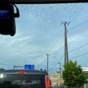 出勤途中、信号待ちの最中に虹が出たー♪ちょっといいこと、ありそな予感。でも一瞬で消えちゃったよ、残念。