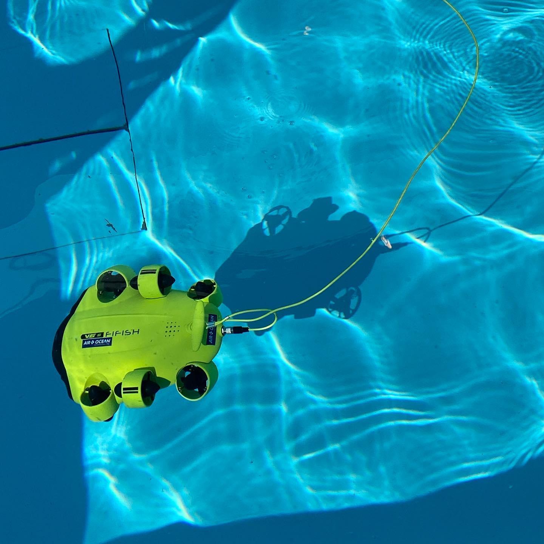 水中ドローン操縦体験会に行ってきた-!空飛ぶドローンに慣れてる人は、まぁまぁ自由に操縦できる感じです。有線なので、いざというときにはケーブル引っ張れば帰ってくるから便利wwwなかなか面白かったなぁ。