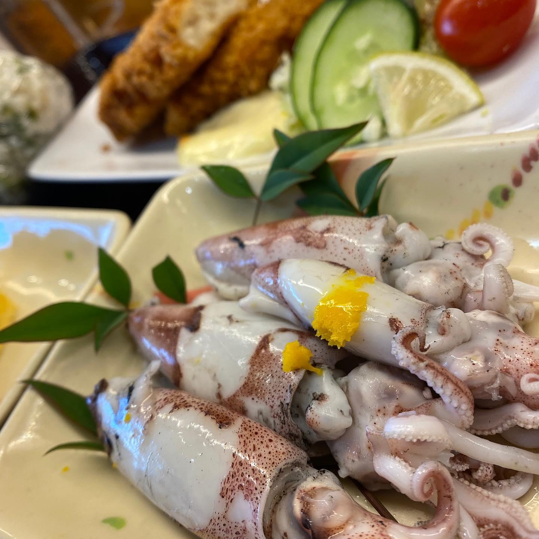 スルメイカの釜揚げ、白身魚のフライ、わさび菜おにぎり、だし巻きタマゴ(見切れてるww)、締めて605円なりなお昼。おひさま食堂にて、ごちそうさまでした。
