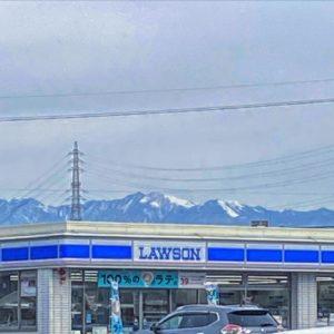 雪山を背にしたコンビニ。撮影地/松山市内