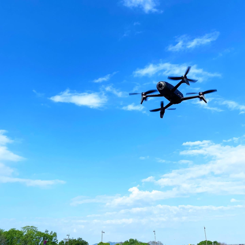 お久しぶりなドローン飛行練習。ParrotBebop2の安定性と電池保ちは、ホントハンパない。青空をバックに飛んでる風景を一枚パチリ。