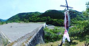 今日も見に行ってみた東温市の除ケの堰堤。鯉のぼりは今日も川を渡ることないまま電柱に巻き付けられていた。どうも調べてみると、4/25に川渡しを行ったが、県の外出自粛要請で3日間だけで終了したと、愛媛新聞の記事に載ってた(4/29)。コロナ禍収束を願って2年ぶりに開催されたのに短縮になってしまい残念。現場には告知も何もなかったので、家族連れで見に来たクルマもチョコチョコあり、家族も鯉のぼりも、少ししょんぼりしてるように見えたなぁ。