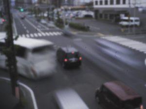 久々にピンホールレンズで撮ってみた、とある交差点の景色。せっかちなクルマたち。機材:OLYMPUS OM-D(E-M10)&ピンホールレンズ#lofigrapher