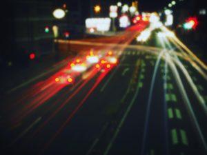 ピンホールレンズで夜景。長時間シャッターで写し込まれたクルマの光跡。どことなく、夢で見た夜景。機材:OLYMPUS OM-D(E-M10)&ピンホールレンズ#lofigrapher